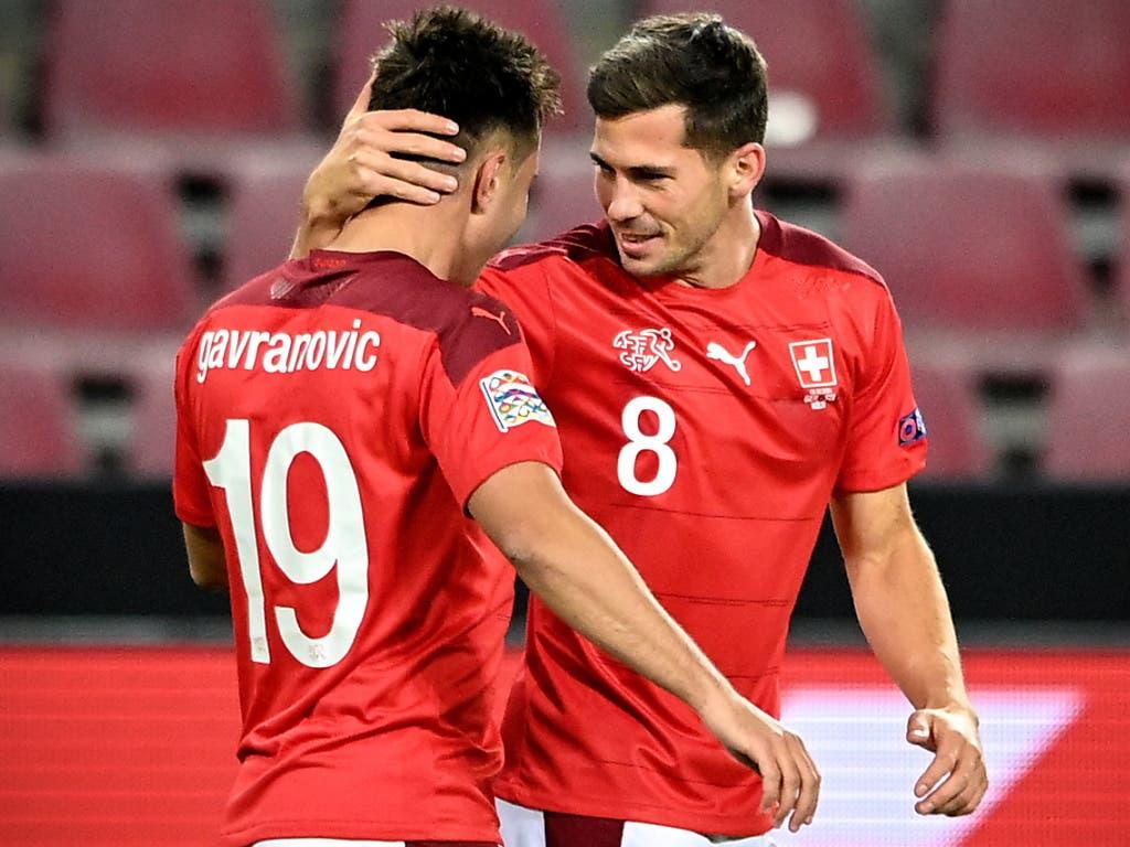 Die Schweizer Torschützen Mario Gavranovic und Remo Freuler nach dem 1:0-Führungstor