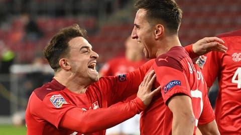 Shaqiri jubelt mit Gavranovic über die Schweizer Führung. Am Ende reicht es nicht zum Sieg. (Federico Gambarini / dpa)