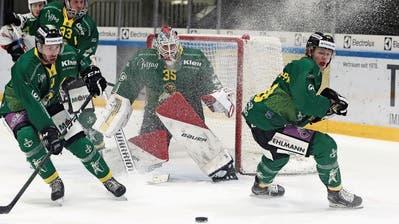 Patrick Brändli, Goalie Noël Bader und Sebastiano Soracreppa (von links) halten Puck und Gegner geschickt vom eigenen Tor fern.