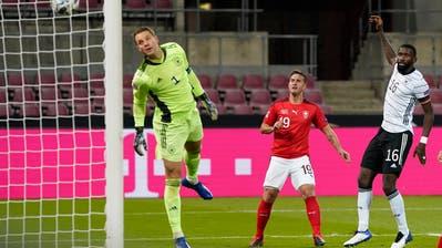 Da kann Weltklassegoalie Manuel Neuer (ganz links) nur noch zuschauen, wie sich Mario Gavranovics (Mitte) Kopfball ins Tor senkt. (Freshfocus)