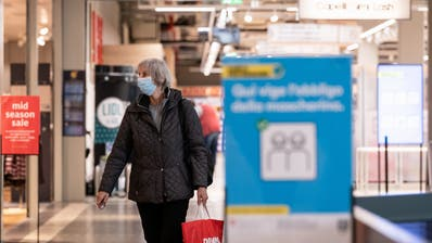Wie im Tessin (Bild) gilt künftig auch im Kanton Schwyz eine Maskenpflicht – allerdnigs nur dann, wenn die Abstände nicht eingehalten werden können. (Keystone)