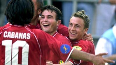 Der erste Höhepunkt für ein U21-Nationalteam: Die späteren NationalspielerRicardo Cabanas, Alex Frei und Daniel Gygax bejubeln denHalbfinaleinzug. (Bild: Keystone (Zürich, 20. Mai 2002))