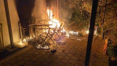 Der Brand auf einem Gartensitzplatz an der Fadenstrasse in der Stadt Zug. (Bild: Zuger Polizei)