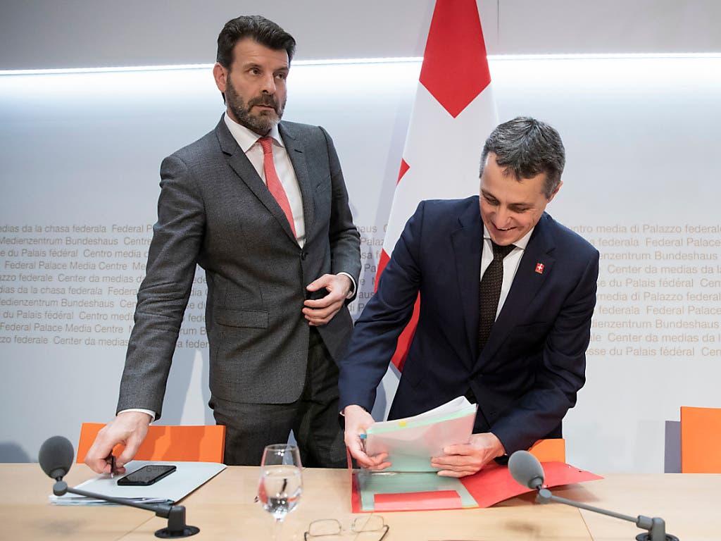 Aussenminister Ignazio Cassis (rechts) trennt sich von seinem Staatssekretär Roberto Balzaretti. Dieser hatte das EU-Rahmenabkommen ausgehandelt, das von vielen Seiten unter Beschuss geraten ist.