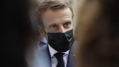 Präsident Emmanuel Macron greift angesichts der dramatischen Coronazahlen in Frnakreich zu einschneidenden Mitteln. (Lewis Joly / AP)