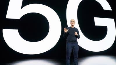 Apple CEO Tim Cook stellt die neuen Modelle und die Bereitschaft für 5G vor. (Keystone)