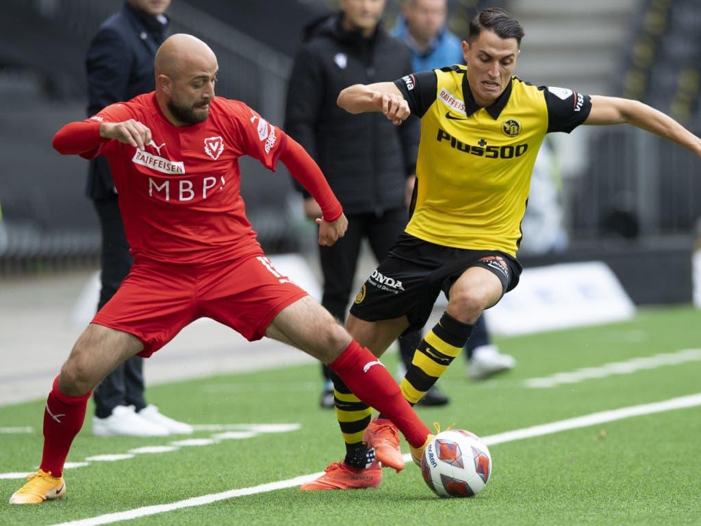 Tunahan Cicek (links) gegen YBs Vincent Sierro: Die Vaduzer stellten sich den besten drei Mannschaften der letzten Saison bravourös in den Weg
