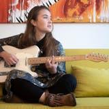Joya Marleen übt zu Hause im Elternhaus auf dem Sofa. (Bild: Arthur Gamsa)