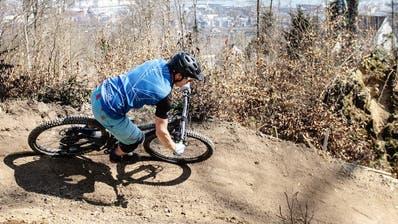 Ein Biker auf der Downhillstrecke im Haldi in Schattdorf. (Bild: PD)