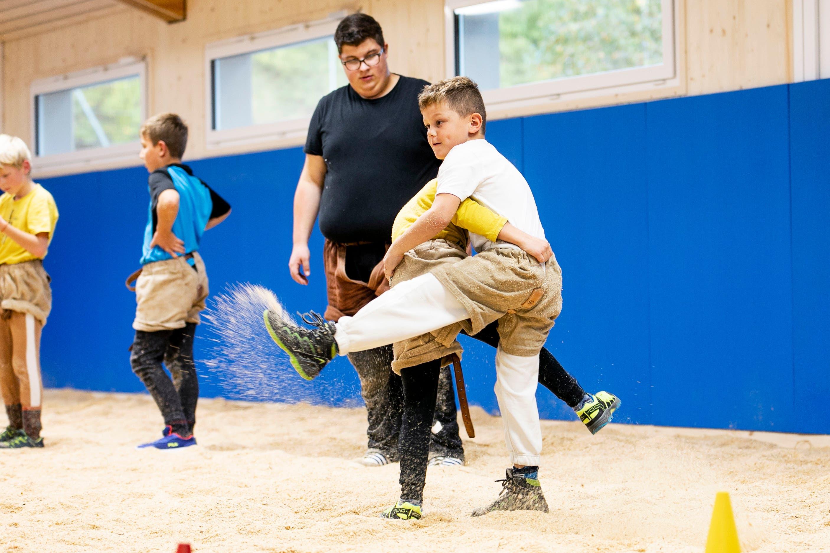 Dreizehn Jungs und Mädchen toben sich in der neuen Schwingerhalle in Döttingen aus