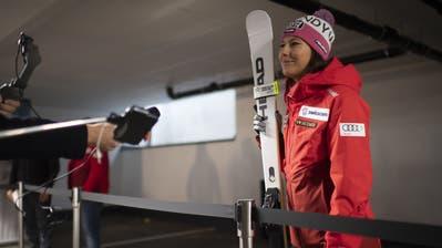 Wendy Holdener beim Corona-gerechten Pressetermin am Tag vor dem Rennen in einem unterirdischen Parkhaus in Sölden. (Gian Ehrenzeller / KEYSTONE)