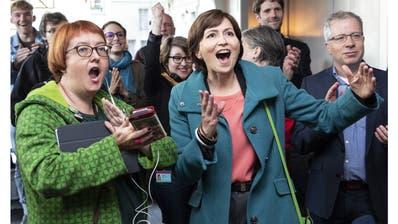 Vor der Pandemie, da war die Welt noch unbeschwert: Die damalige Grünen-Präsidentin Regula Rytz (M.) und Parteifreunde freuen sich am 20. Oktober 2019 über den Wahlsieg. (Peter Schneider/Keystone)