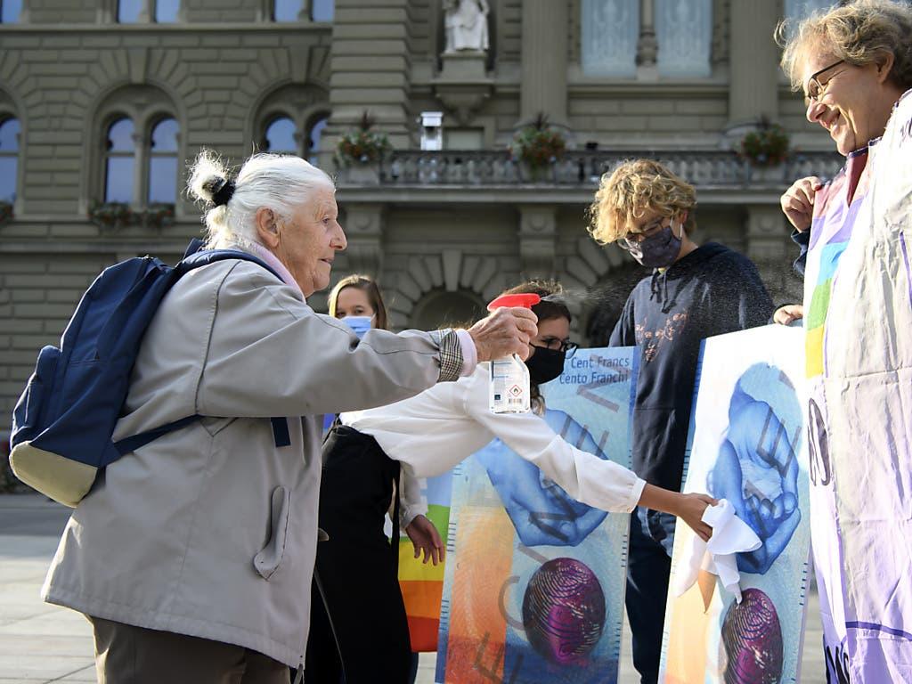 Louise Schneider (links) von der Gruppe für eine Schweiz ohne Armee (Gsoa) und ihre Mitstreitenden dürfen noch immer auf ein Volks-Ja hoffen zur Kriegsgeschäfte-Initiative am 29. November.