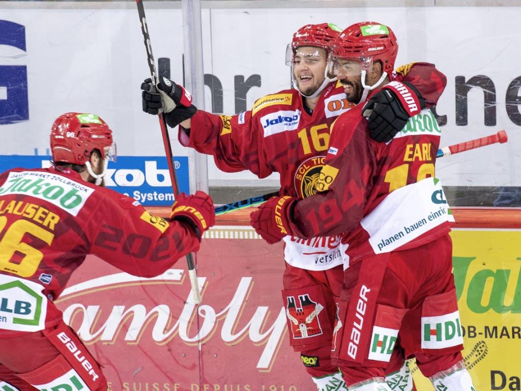 Siegtorschütze in der Overtime: Erik Brännström (m.) jubelt mit seinen Tigers-Teamkollegen Andrea Glauser und Robbie Earl