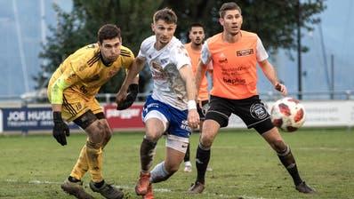 Der Buochser Clirim Shabani (Mitte) beschäftigt die Schötzer Abwehr mit Goalie Philip Bolliger und Verteidiger Marcel Gänsler (rechts). (Bild: Pius Amrein (Buochs, 17. Oktober 2020))
