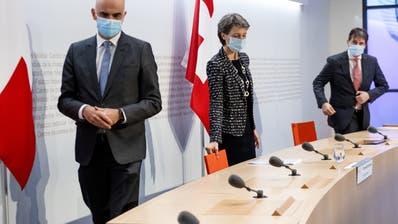 Alain Berset undSimonetta Sommaruga am Sonntag an einer Pressekonferenz in Bern. (Marcel Bieri / KEYSTONE)