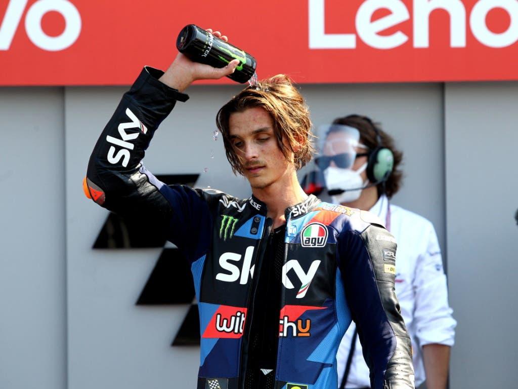 Luca Marini giesst sich nach seinem Sturz den Frust über das Haupt...
