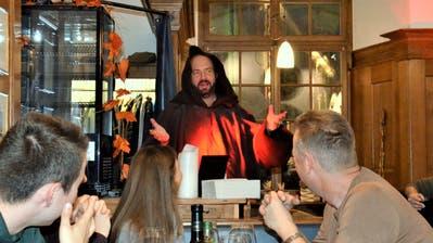 Schauspieler Florian Rexer sorgt beim höfischen Dinner in der Wirtschaft zur Bürgerstube als Mönch für Unterhaltung. (Picasa)