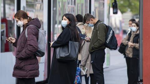 In den öffentlichen Verkehrsmitteln gilt die Maskenpflicht seit vier Monaten. (Bild: Peter Schneider / Keystone)
