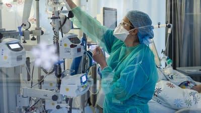 Blick in eine Intensivstation, wo Covid-19-Patienten gepflegt werden. (Blid: Jean-Christophe Bott / Keystone (Neuenburg, 23. März 2020))