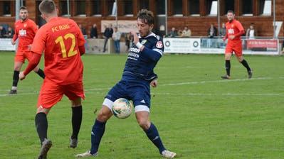 Kristian Nushi (in Blau) und der FC Uzwil liessen dem FC Rüti (in Rot) keine Chance. (Bilder: Beat Lanzendorfer)