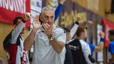Goran Perkovac, Trainer des HC Kriens-Luzern, beklatscht eine gelungene Aktion seiner Spieler im Meisterschaftsspiel gegen die Kadetten Schaffhausen. (Bild: Urs Flüeler/Keystone (Kriens, 26. September 2020))