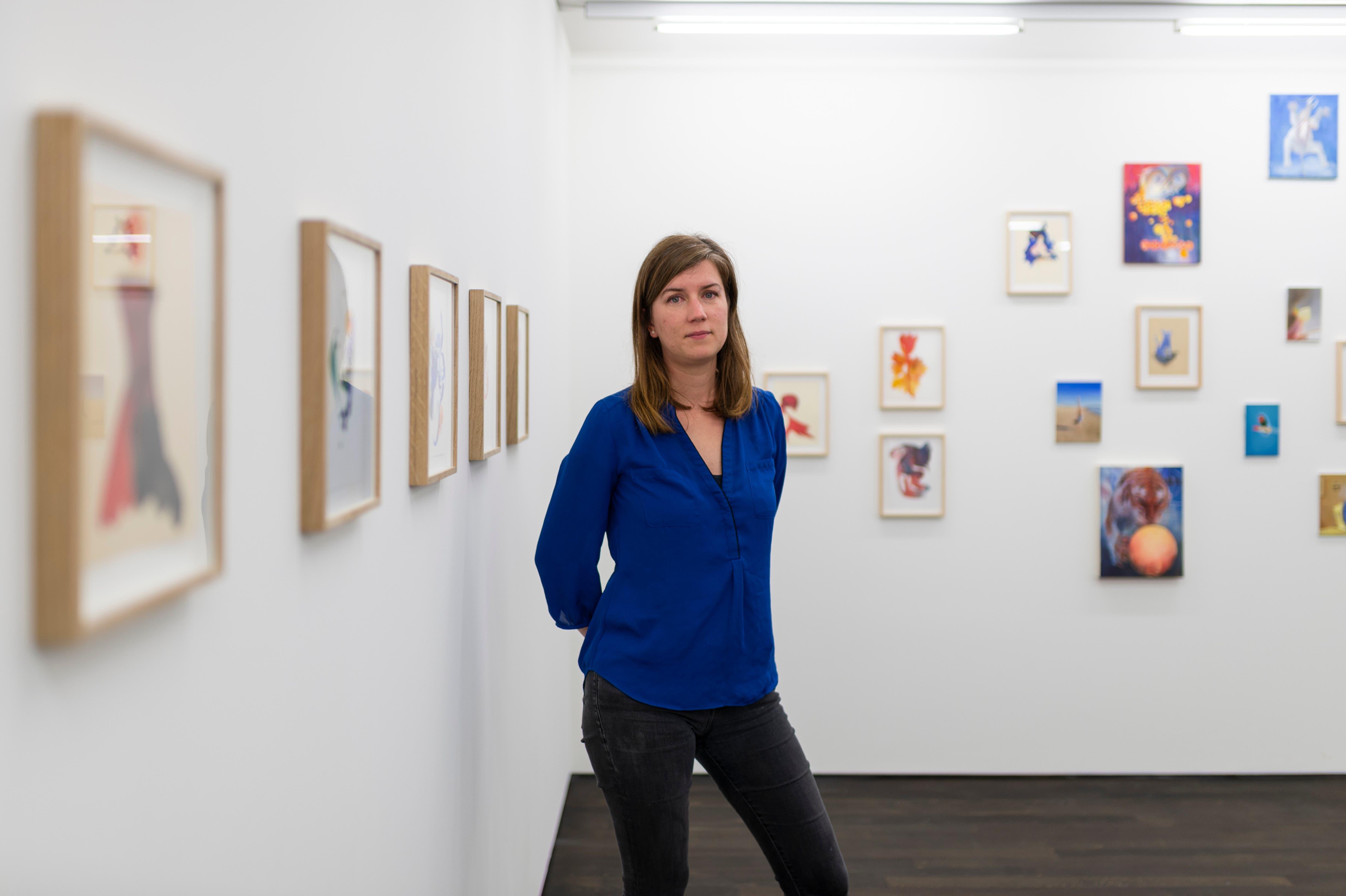 Irene Bisang im ersten Stock der Galerie Benzeholz in Meggen - inmitten ihrer Ausstellung «Whirled Peas».
