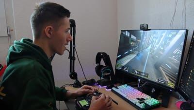 In seinem Element: David Müller fliegt im Simulator die virtuelle Drohne mit hoher Geschwindigkeit um die Hindernisse. (Bild: Robert Kucera)
