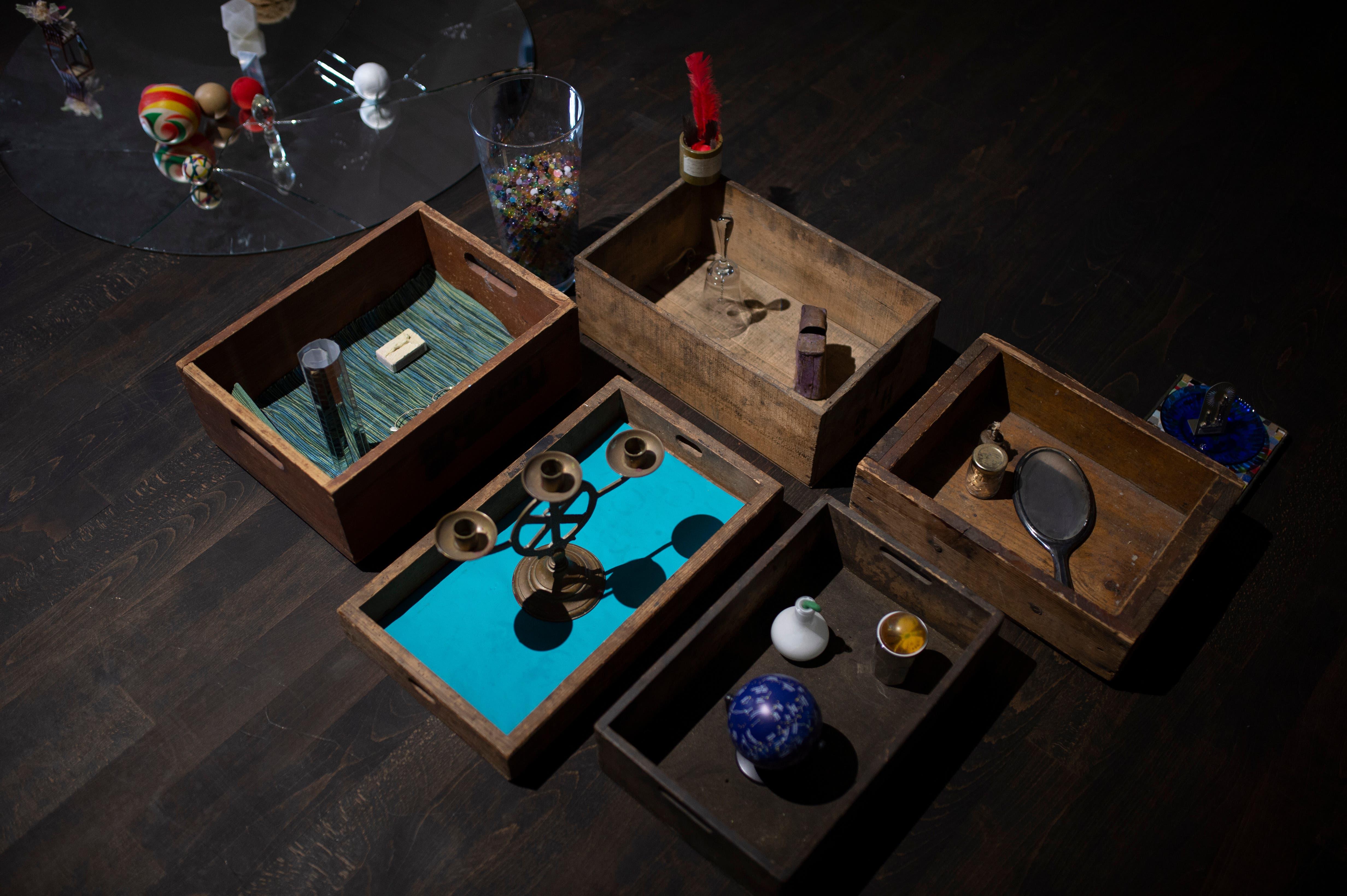 Eine Assemblage aus dem Fundus an gesammelten Gegenständen aus dem Atelier der Künstlerin – zu sehen im Dachgeschoss der Galerie Benzeholz.