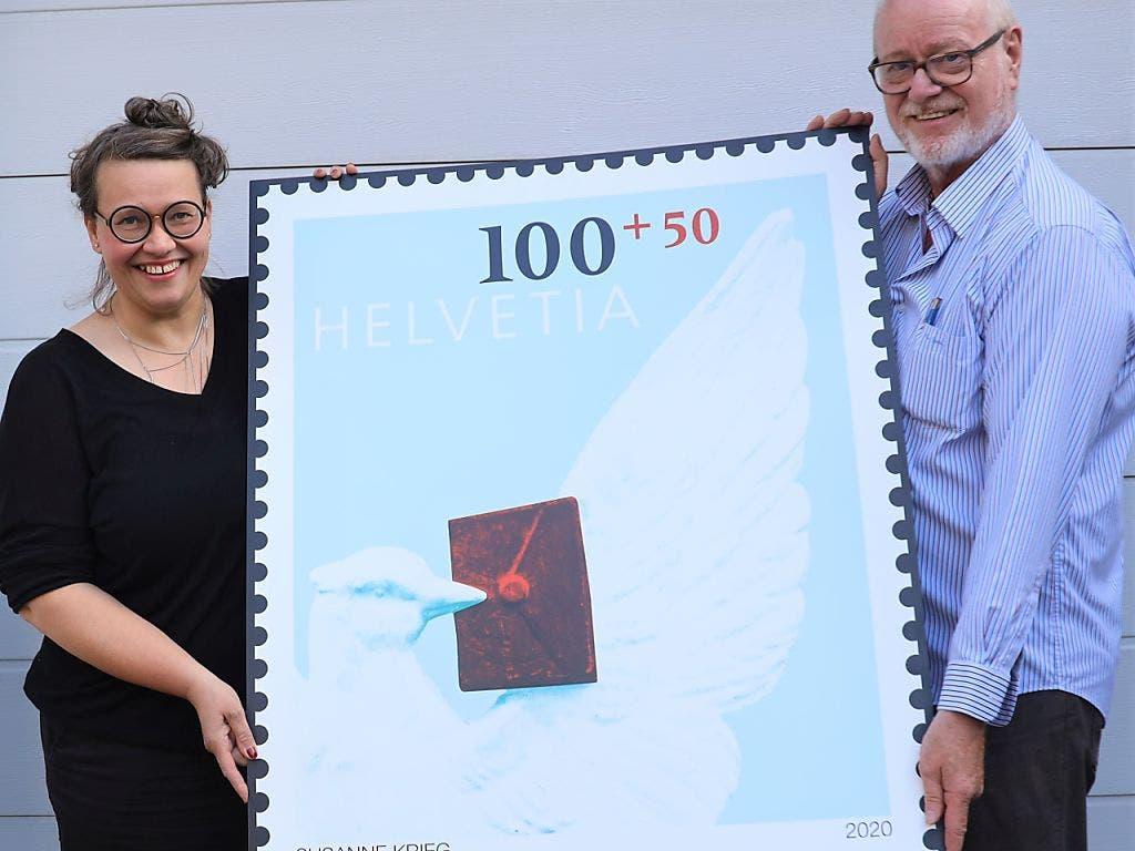 Die Künstlerin Susanne Krieg und Jean-Paul Bach, Präsident des Schweizerischen Briefmarken-Händler-Verbands, präsentierten die Sondermarke zum Jubiläum des «Basler Dybli».