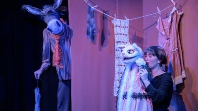 Noch ist der Katzenjammer gross bei Mila (Eliane Blumer). Bald aber steppt der Esel. Im Stück heisst er Rudi; gespielt wird der potenzielle Schlagzeuger der Bremer Stadtmusikanten von Lukas Bollhalder. (Bild: Tine Edel)