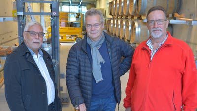 Arnold Schmocker mit Ruedi und Walter Bossert im Fasslager der Macardo Destillerie in Amlikon-Bissegg. (Bild: Mario Testa)