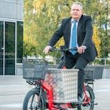 Thomas Niederberger und René Walther von der Regio Kreuzlingen drehen auf dem Platz vor dem Dreispitz mit einem Lasten-E-Bike und einem gewöhnlichen Velo einige Runden. Ihr Fazit: «Doch, die Velos fahren sich gut.» (Bild: Andrea Stalder)