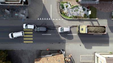 Nebst dem Lastwagen waren vier Personenwagen am Unfall beteiligt. (Bild: Nidwaldner Polizei)