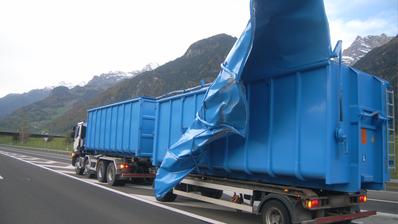 Das Metalldach wurde durch den Wind komplett verbogen. (Bild: Kantonspolizei Uri)