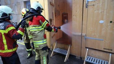 Die FFZ löscht den Brand im stillen Örtchen. (Bild: Zuger Polizei)
