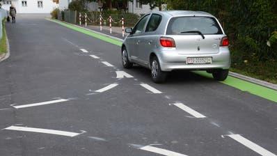 Poststrasse in Schönenberg: Ein grüner Streifen am Rand bewirkt eine visuelle Verengung der Fahrbahn; die weisse Markierung macht auf den Rechtsvortritt aufmerksam. (Bild: Georg Stelzner (Schönenberg, 20. Oktober 2020))