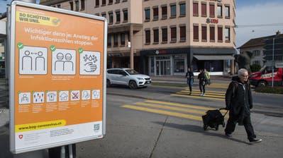 Ein Plakat mit den Coronaschutzmassnahmen am Sonnenplatz: Die Pandemie setzt der Gemeinde Emmen auch finanziell zu. (Bild: Eveline Beerkircher (Emmenbrücke, 22. Oktober 2020))