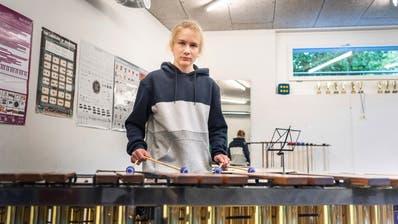 Musik- und Informatikmittelschüler Alois Marti Bärtschi am Marimba. (Bild: Andrea Stalder)