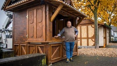 Hanspeter Maier vor einer Holzhütte, die er im Burstelpark bereits aufgestellt hat. (Bild: Reto Martin)