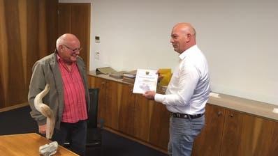 Gemeindepräsident Rolf Huber (rechts) ehrte Martin Nauer senior für sein ehrenamtliches Engagement. Er bekam auch die «Rheinseele» (auf dem Tisch) geschenkt. (gk)