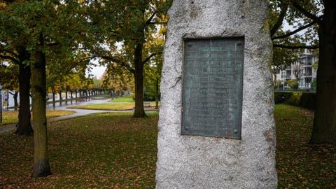 Gross und schwer, doch tröstlich und versöhnlich erinnert das steinerne Denkmal beim Schiffsteg an die Zuger «Vorstadt-Katastrophe» von 1887. (Bild: Stefan Kaiser (23. Oktober 2020))