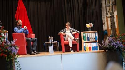 Eva Schläpfer im Gespräch mit Philipp Langenegger auf der Bühne des Kronensaals in Wolfhalden. (Bild: dsc)