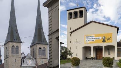 Die Reformierte Teilkirchgemeinde Kriens wirbt auf der Fassade der Johanneskirche für die Konzernverantwortungsinitiative. (Bild:Patrick Huerlimann (Kriens, 21. Oktober 2020))