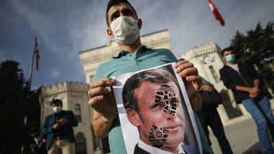 Protest gegen Emmanuel Macron: Wie hier in Istanbul demonstrieren Menschen gegen FRankreich und dessen Präsidenten wegen angeblicher Islamfeindlichkeit. (Emrah Gurel / AP)