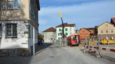 Links das Gemeindehaus, rechts die im Entstehen begriffene Zentrumsüberbauung. Am Ende der Strasse soll eine Bushaltestelle realisiert werden. (Bild Beat Lanzendorfer)