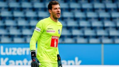 FCL-Goalie Marius Müller vor leeren Rängen. (Bild: Marc Schumacher/freshfocus (Luzern, 18. Oktober 2020))