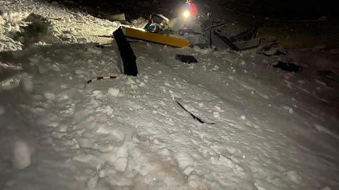 Erst kurz vor Mitternacht konnten die Retter zu Fuss und mit einem Schneemobil zur Absturzstelle gelangen. (Foto: Air Zermatt)