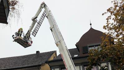 Die Einsatzleute überprüften das Gebäude. (Bild: Linda Müntener)