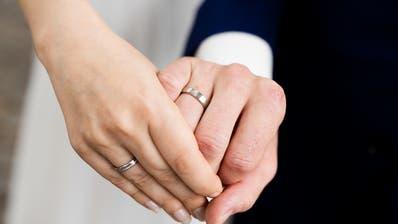 Das Brautpaar wusste vom infizierten Gast, informierte den Kanton jedoch nicht. (Bild: Keystone)